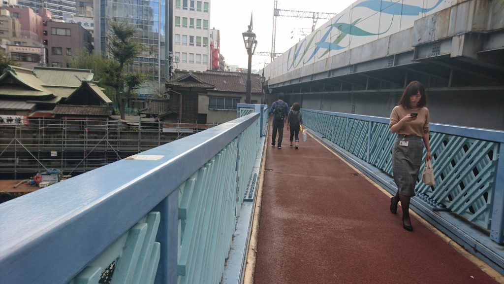 橋を渡ります